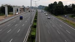 Sejumlah kendaraan melintas di Jalan Tol Jakarta-Cikampek, Selasa (13/3). Pada hari pertama pemberlakuan kebijakan, dinyatakannya, terpantau pengguna jalan tol beralih waktu. (Liputan6.com/Arya Manggala)