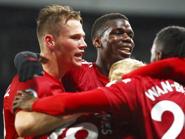 Para pemain Manchester United merayakan gol ke gawang Newcastle United pada laga Liga Inggris di Stadion St. James' Park, Minggu (18/10/2020). MU menang telak dengan skor 4-1. (Alex Pantling/Pool via AP)