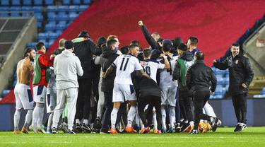 Pemain Serbia merayakan kemenangan atas Norwegia pada laga semi final playoff Euro 2020 di Ullevaal Stadion, Jumat (9/10/2020) dini hari WIB. Serbia menang 2-1 atas Norwegia. (AFP/Fredrik Varfjell/NTB)