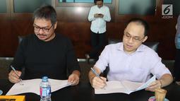 CEO KMK Online Adi Sariaatmadja (kanan) dan CEO KLN Steve Christian (kiri) menandatangani Akta Penggabungan (merger) PT Liputan6.com dan PT KLN, Jakarta, Kamis (29/3). Merger ini melahirkan KapanLagi Youniverse. (Liputan6.com/Arya Manggala)