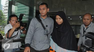 Tersangka suap Kejati Jawa Barat, Deviyanti Rochaeni keluar dari gedung KPK usai menjalani pemeriksaan, Jakarta, Selasa (26/4). Deviyanti diperiksa terkait kasus dugaan suap rencana penuntutan kasus penggelapan dana BPJS. (Liputan6.com/Helmi Afandi)