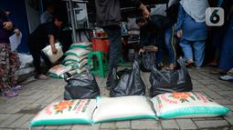 Petugas menyiapkan paket sembako untuk dibagikan kepada warga di Kelurahan Pondok Benda, Tangerang Selatan, Minggu (25/10/2020). Dua paket sembako dari Kementerian Sosial dan Presiden tersebut diberikan kepada 475 warga di seluruh Kelurahan Pondok Benda. (merdeka.com/Dwi Narwoko)