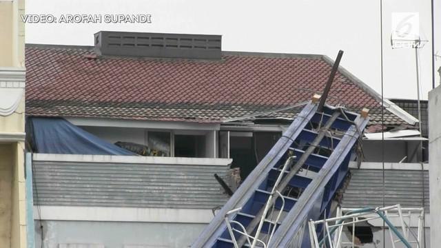 Sebuah rumah mewah di Jakarta tertimpa alat berat proyek LRT. Atap dan sebagian rumah hancur akibat hal ini.