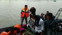 Upaya pencarian korban kapal pompong yang tenggelam di perairan Pulau Penyengat, Tanjung Pinang, Kepri. (Liputan6.com/Ajang Nurdin)