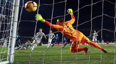 Kiper Juventus, Wojciech Szczesny, gagal menahan tendangan striker Atalanta, Duvan Zapata pada perempat final Copa Italia di Stadion Atleti Azzurri d'Italia, Bergamo, Rabu (30/1). Atalanta menang 3-0 atas Juventus. (AP/Paolo Magni)
