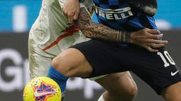 Pemain Inter Milan Lautaro Martinez (kanan) berebut bola dengan pemain AS Roma Gianluca Mancini saat bertanding dalam laga Serie A di Stadion San Siro, Milan, Italia, Jumat (6/12/2019). Inter Milan masih memuncaki klasemen sementara Serie A usai ditahan imbang AS Roma 0-0. (AP Photo/Luca Bruno)