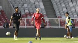 Pelatih Arema FC, Milomir Seslija, memperhatikan timnya saat menggelar sesi latihan di Stadion GBK, Jakarta, Jumat (2/8). Jelang hadapi Persija, skuat Arema jajal Stadion GBK. (Bola.com/YoppyRenato)