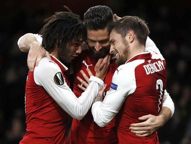 Para pemain Arsenal merayakan gol yang dicetak oleh Olivier Giroud ke gawang BATE Borisov pada laga Liga Europa di Stadion Emirates, Jumat (8/12/2017). Arsenal menang 6-0 atas BATE Borisov. (AP/Kirsty Wigglesworth)