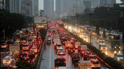 Sejumlah Kendaraan terjebak macet dikawasan Duren tiga Jakarta Selatan, Jakarta, Senin (23/5). Akibat hujan lebat beberapa ruas jalan tergenang banjir. (Liputan6.com/Yoppy Renato)