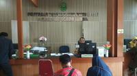 Suasana di pelayanan terpadu satu pintu Pengadilan Agama Sumber Kabupaten Cirebon. Foto (Liputan6.com / Panji Prayitno)