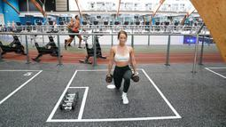 Sejumlah orang berolahraga di sebuah pusat kebugaran di Manchester, Inggris, Sabtu (25/7/2020). Menurut panduan pemerintah Inggris, pusat kebugaran dalam ruangan, kolam renang, dan fasilitas olahraga dapat dibuka kembali mulai 25 Juli. (Xinhua/Jon Super)