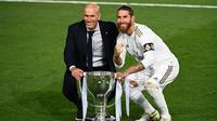 Pelatih Real Madrid, Zinedine Zidane, dan Sergio Ramos merayakan juara La Liga usai timnya mengalahkan Villreal pada laga lanjutan pekan ke-37 di Estadio Alfredo Di Stefano, Jumat (17/7/2020) dini hari WIB. (AFP/Gabriel Bouys)