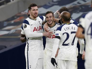 Pemain Tottenham merayakan gol yang dicetak Harry Winks ke gawang Ludogorets pada laga lanjutan Grup J Liga Europa di Tottenham Hotspur Stadium, Jumat (27/11/2020) dini hari WIB. Tottenham menang 4-0 atas Ludogorets. (AFP/Ian Kington/pool)