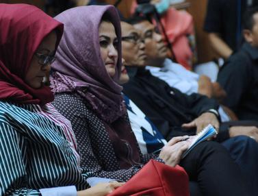 Ikuti Jalannya Persidangan, Istri Setya Novanto Sibuk Mencatat