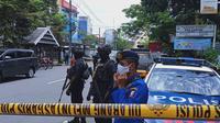 Aparat kepolisian melakukan olah Tempat Kejadian Perkara (TKP) di lokasi peristiwa bom bunuh diri di Gereja Katedral Makassar. (Liputan6.com/ Eka Hakim)