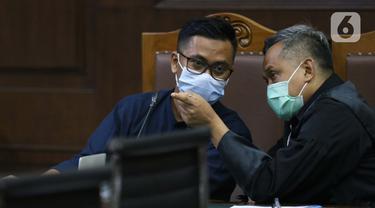 Terdakwa perantara suap dari Djoko Tjandra kepada Jaksa Pinangki Sirna Malasari terkait pengurusan fatwa di Mahkamah Agung (MA), Andi Irfan Jaya (kiri) saat menjalani sidang di Pengadilan Tipikor, Jakarta, Rabu (2/12/2020). Sidang mendengar keterangan saksi. (Liputan6.com/Helmi Fithriansyah)