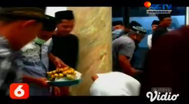 Meski tengah menghadapi pandemi Covid-19, beragam tradisi tetap digelar warga untuk menyemarakkan peringatan Maulid Nabi Muhammad SAW di Kota Jember, Jawa Timur. Warga desa menggelar tradisi berebut ancak.