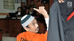Terdakwa kasus terorisme Wawan Kurniawan alias Abu Afif bersiap menjalani sidang vonis di PN Jakarta Barat, Kamis (13/9). Dalam sidang vonis tersebut, majelis hakim menjatuhi hukuman Abu Afif kurungan penjara 11 tahun. (Merdeka.com/Iqbal S. Nugroho)