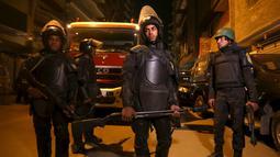 Polisi berjaga di lokasi ledakan yang terjadi saat aparat keamanan menggerebek sebuah apartemen di Kairo yang diduga menjadi tempat persembunyian militan, Mesir, Kamis (21/1). Enam orang tewas, termasuk tiga polisi. (REUTERS/Mohamed Abd El Ghany)