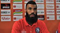Stiker asal Belanda, Sylvano Comvalius kembali jadi andalan Arema FC saat menjamu Persipura Jayapura. (Bola.com/Iwan Setiawan)