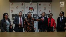 Ketua KPU Republik Indonesia Arief Budiman (tengah) memberikan penjelasan kepada Presiden Komisaris KPU Timor Leste Alcino De Aralijo Baris (ketiga kanan) bersama jajarannya di gedung KPU, Jakarta, Rabu (22/11). (Liputan6.com/Faizal Fanani)