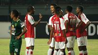 Duel Persebaya vs Persipura di Stadion Gelora Bung Tomo, Surabaya, Selasa (29/5/2018). (Bola.com/Aditya Wany)