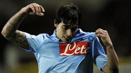 """5. Ezequiel Lavezzi - Penyerang asal Argentina ini bermain untuk Napoli pada tahun 2007-2012. Lavezzi yang sempat disebut sebagai """"The New Maradona"""" oleh fans klub ini meraih penghargaan sebagai pemain terbaik Serie A 2010 dan memenangkan Coppa Italia 2012. (AFP/Filippo Monteforte)"""