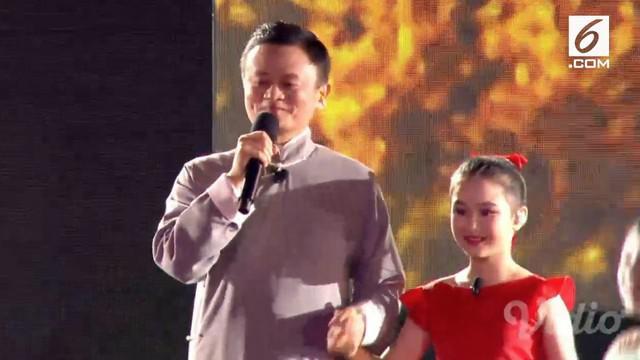 Dalam closing ceremony Asian Games 2018, pendiri Alibaba Jack Ma ikut hadir di atas panggung.