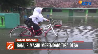Sementara itu, sebagian siswa yang telanjur berangkat ke sekolah terpaksa bersusah payah menerobos banjir.