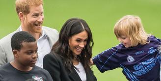 Meghan Markle dan Pangeran Harry pergi ke Irlandia Utara untuk bertemu beberapa politisi. Namun, mereka mengalami kejadian yang enggemaskan. (Getty Images/Cosmopolitan)