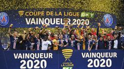 Pemain PSG merayakan trofi juara Piala Liga Prancis usai mengalahkan Olympique Lyon di Stade de France, Sabtu (1/8/2020) dini hari WIB. PSG menang 6-5 atas Lyon lewat adu penalti. (AFP/Franck Fife)