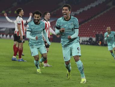 Penyerang Roberto Firmino (tengah) merayakan gol kedua timnya ke gawang Sheffield United pada pertandingan lanjutan Liga Inggris di stadion Bramall Lane di Sheffield, Inggris, Senin (1/3/2021). Liverpool menang atas Sheffield United 2-0. (Lee Smith, Pool via AP)