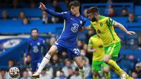 Gelandang Chelsea, Kai Havertz berebut bola dengan pemain Norwich City, Grant Hanley pada pertandingan lanjutan Liga Inggris di Stadion Stamford Bridge di London, Sabtu (23/10/2021). Kemenangan ini membuat Chelsea nyaman di puncak klasemen dengan 22 poin dari 9 laga. (AP Photo/Ian Walton)