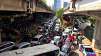 Kendaraan terjebak kemacetan saat melintas di kawasan Tanjung Barat, Jakarta Selatan, Senin (1/1). Tingginya volume kendaraan menyebabkan Jakarta tetap mengalami kemacetan meskipun pada saat libur Tahun Baru. (Liputan6.com/Immanuel Antonius)