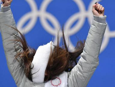 Alina Zagitova berselebrasi merayakan kemenangannya usai menjuarai figure skating putri selama Olimpiade Musim Dingin Pyeongchang 2018 di Pyeongchang Medals Plaza (23/2). Alina Zagitova meraih emas dengan skor 239.57. (AFP Photo/Dimitar Dilkoff)