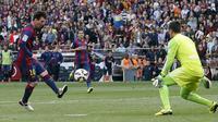 Messi berhasil menggandakan keunggulan Barcelona di masa injury time babak kedua. Meski sempat diblok, tapi The Messiah langsung menyambar bola rebound dan berhasil mencetak gol. (REUTERS/Albert Gea)