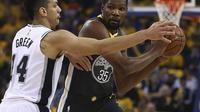 Kevin Durant (kanan) cetak poin tertinggi untuk Golden State Warriors (AP Photo/Ben Margot)