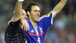 Sebenarnya kecupan Laurent Blanc ke kepala plontos Fabian Barthez sudah dilakukan sejak gelaran Piala Dunia 1998 di Prancis. (AFP/Patrick Hertzog)