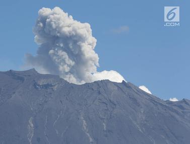 Gunung Agung Semburkan Asap Setinggi 2.100 Meter