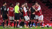 Gelandang Arsenal, Granit Xhaka, bersitegang dengan pemain Burnley, Ashley Westwood, pada laga Liga Inggris pada laga Liga Inggris di Stadion Emirates, Senin (14/12/2020). Arsenal takluk 0-1 dari Burnley. (Laurence Griffiths/Pool/AFP)