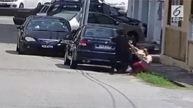 Saat sedang berjalan di jalanan sepi, seorang wanita diincar kawanan jambret yang mengincar barang bawaannya.