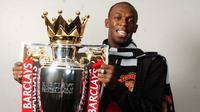 Usain Bolt berpose dengan trofi Liga Inggris yang dimenangkan Manchester United pada 2008-2009. (Manchester Evening News)