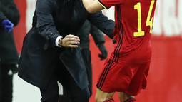 Penyerang Belgia, Dries Mertens berselebrasi dengan pelatihnya Roberto Martinez  usai mencetak gol ke gawang Inggris pada pertandingan UEFA Nations League di stadion King Power di Leuven, Belgia, Minggu (15/11/2020). Belgia menang atas Inggris 2-0. (AP Photo/Francisco Seco)