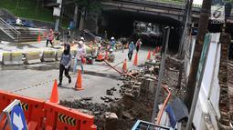 Pejalan kaki melewati underpass Sudirman yang ditutup bagi kendaraan bermotor di Jalan Kendal, Jakarta, Selasa (5/3). Penutupan juga untuk menunjang pengoperasian MRT Jakarta yang mulai beroperasi akhir Maret 2019. (Liputan6.com/Immanuel Antonius)