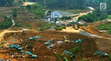 Alat berat mengerjakan proyek pembangunan Bendungan Ciawi di Desa Gadog, Bogor, Jawa Barat, Kamis (22/08/2019). Bendungan Ciawi dibangun untuk mengendalikan banjir di kawasan DKI Jakarta. (Merdeka.com/Arie Basuki)