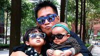 Sys NS bersama kedua cucunya [foto: instagram/sys_ns]