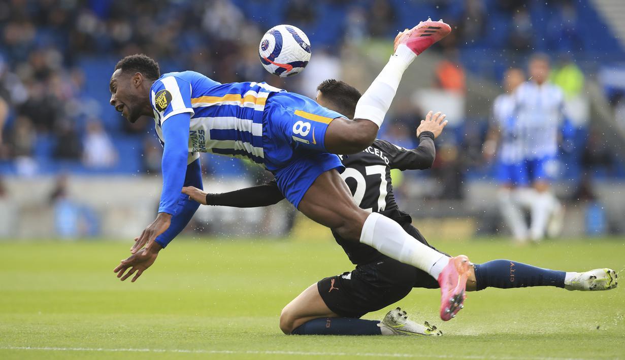 Bek Manchester City, Joao Cancelo melakukan pelanggaran terhadap gelandang Brighton and Hove Albion, Yves Bissouma pada pekan 37 Liga Inggris di Amex Stadium, Rabu (19/5/2021) dinihari WIB. Manchester City menyerah di markas Brighton dengan skor 2-3. (Gareth Fuller, Pool via AP)