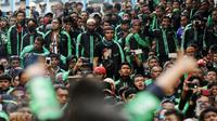 Pengemudi ojek on-line GrabBike saat melakukan unjuk rasa di belakang kantor Grab di kawasan Kuningan, Jakarta, Kamis (5/1). Mereka menuntut pihak perusahaan menaikkan tarif argo per kilometernya. (Liputan6.com/Helmi Fithriansyah)