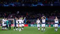 Ekspresi pemain Tottenham Hotspur usai menahan imbang Barcelona dalam matchday keenam Grub B Liga Champions di Stadion Camp Nou, Barcelona, Spanyol, Selasa (11/12). Tottenham dan Barcelona lolos ke 16 besar Liga Champions. (AP Photo/Manu Fernandez)