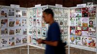 Seorang pengunjung melintas saat pameran Filateli (Perangko) di Gedung MPR/DPR, Senayan, Jakarta, Selasa (6/11). Pameran ini  di Gelar oleh DPR dalam rangka Peringatan Hari Pahlawan. (Liputan6.com/Johan Tallo)